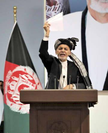 アフガニスタン・カブールで開かれた国民大会議で、閉会のあいさつをするガニ大統領=3日(共同)