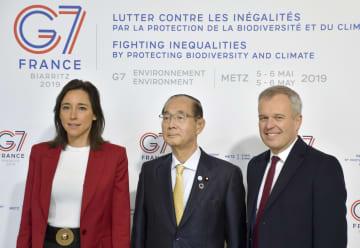 G7環境相会合の会場に到着した原田環境相(中央)とフランスのドルジ環境相(右)ら=5日、フランス・メッス(共同)