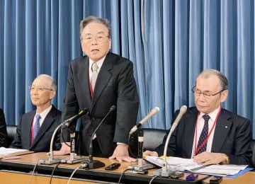 記者会見する「新しい日本大学をつくる会」会長の牧野富夫元日大副総長(中央)ら=7日午後、文科省