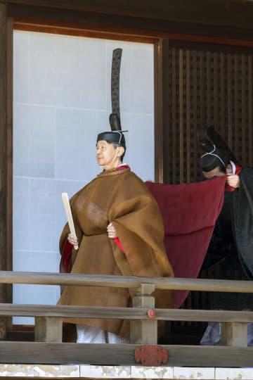 「期日奉告の儀」に臨まれる天皇陛下=8日午前、皇居・宮中三殿(宮内庁提供)