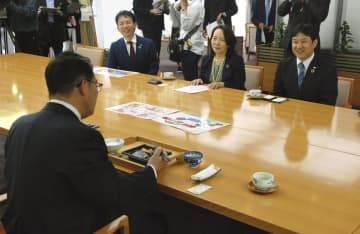 大村秀章愛知県知事を訪問し、プラスチック弁当容器のリサイクル開始を報告するワタミの清水邦晃社長(右)=9日午後、名古屋市