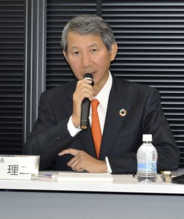 記者会見する千代田化工建設の山東理二社長=9日、東京都中央区