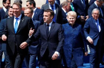 9日、ルーマニア中部シビウでのEU非公式首脳会議に集まったフランスのマクロン大統領(前列中央)ら(ロイター=共同)