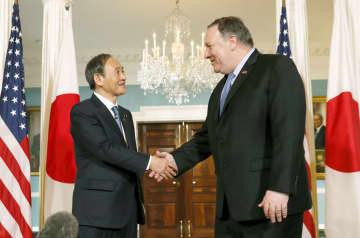 会談前にポンペオ国務長官(右)と握手する菅官房長官=9日、米ワシントンの国務省(共同)