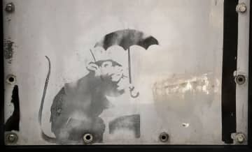 路上芸術家バンクシーの作品に似たネズミの絵