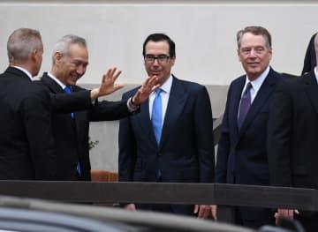 10日、米ワシントンで閣僚級貿易協議に臨む、中国の劉鶴副首相(左から2人目)とムニューシン米財務長官(同3人目)、ライトハイザー米通商代表(右端)(ロイター=共同)
