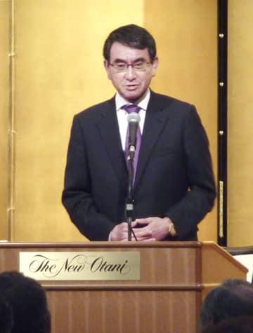 札幌市で講演する河野外相=11日午後