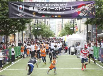ラグビーW杯日本大会に向けたPRイベントで、ストリートラグビーを楽しむ人たち=12日午後、東京・銀座