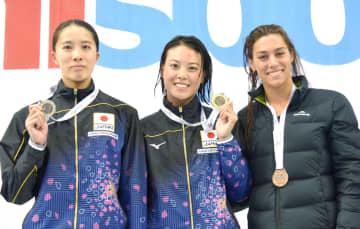 競泳のシドニー・オープン女子200メートル個人メドレーで優勝した大本里佳(中央)、2位の大橋悠依(左)ら=シドニー(共同)
