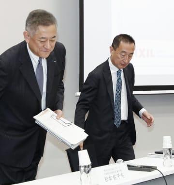 2019年3月期連結決算の発表に臨むLIXILグループの山梨広一社長兼最高執行責任者(右)ら=13日午後、東京都中央区