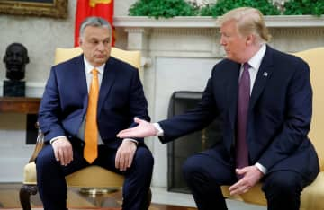 ハンガリーのオルバン首相(左)とホワイトハウスで会談するトランプ米大統領=13日、ワシントン(ロイター=共同)
