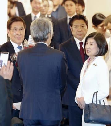4月、父の勝久氏(左端)を訪ねた大塚家具の大塚久美子社長(右端)=東京都内