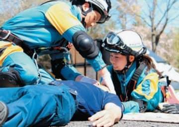 訓練で負傷者役の隊員に声を掛ける財津美加巡査長(右)=大分市の県警察学校
