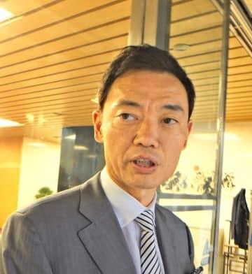 自民党の二階俊博幹事長と面会後、取材に応じる中田氏=14日午後、同党本部