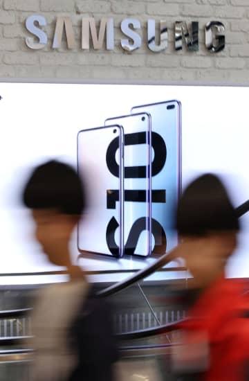 ソウルの繁華街に映し出されたサムスン電子の広告=4月30日(聯合=共同)