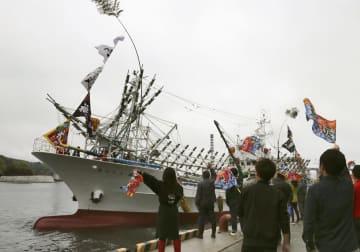 地元住民らに見送られながら、気仙沼港を出航するサンマ漁船=15日午後、宮城県気仙沼市