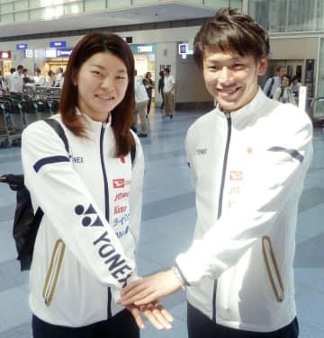 出発前に取材に応じ、ポーズをとるバドミントンの高橋礼華(左)と嘉村健士=16日、羽田空港