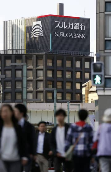 スルガ銀行東京支店が入るビル=16日午後、東京都中央区