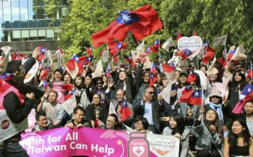 16日、親台湾デモ行進を終え記念撮影する参加者=ベルギー・ブリュッセル(共同)