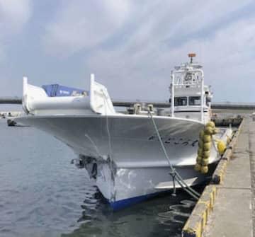 サロマ湖で支柱に衝突した漁船=17日午前、北海道北見市(網走海上保安署提供)
