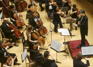 バルカン室内管弦楽団の公演で指揮する柳沢寿男さん(右端)=17日午後、東京都中央区