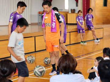リフティングで選手と対決する児童(亀岡市篠町・安詳小)