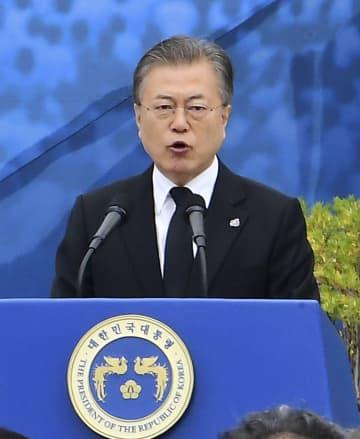 光州事件の追悼式典で演説する韓国の文在寅大統領=18日、韓国・光州(共同)