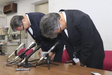 兵庫県尼崎市立尼崎高の体罰問題で、謝罪する桑本広志校長(右)ら=18日午後、尼崎市