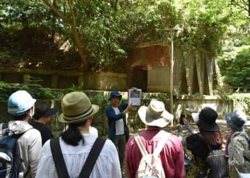 明治期に築かれた砲台跡などを見て回ったツアー=県立観音崎公園