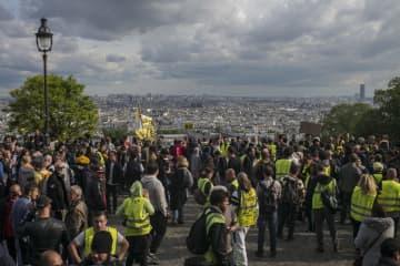 18日、パリで集まった黄色いベスト運動のデモ参加者たち(AP=共同)