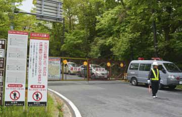 箱根山の噴火警戒レベル引き上げに伴い、夜間通行止めから終日通行止めとなった県道=19日午前、神奈川県箱根町