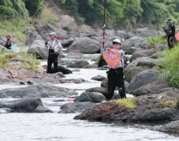 早朝からアユ釣りを楽しむ人たち=20日午前、日田市天瀬町の玖珠川