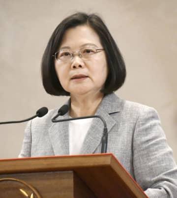 20日、台北市の総統府で記者会見する台湾の蔡英文総統(共同)