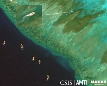 中国漁船が増加した南シナ海・スカボロー礁の2018年12月の衛星写真(CSISアジア海洋透明性イニシアチブ/Maxar Technologies 2019提供・共同)