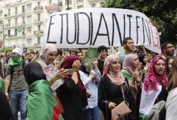 アルジェリアの首都アルジェで行われた学生デモ=19日(共同)