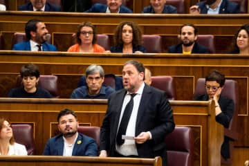 議会で宣誓するジュンケラス氏=21日、スペイン・マドリード(ロイター=共同)