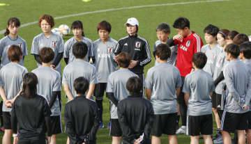 サッカー女子W杯に向けた合宿で、選手らに指示を出す高倉監督(奥中央)=千葉県内