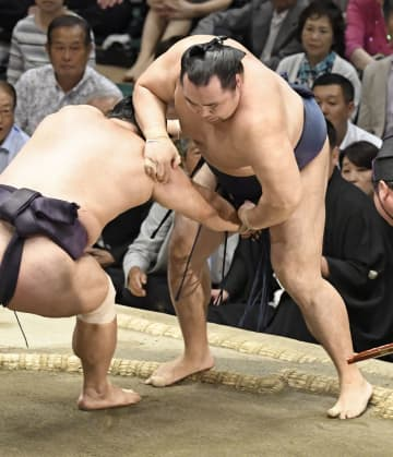鶴竜(右)が押し出しで妙義龍に敗れる=両国国技館
