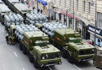 2016年5月、ロシア極東ウラジオストクでの軍事パレードで披露された新型地対艦ミサイル「バル」(タス=共同)