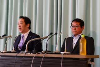 今日の会見で「公益法人を目指しながらメダル獲得を目指していく」との方針を示した日本ボクシング連盟の内田会長(右)と菊池浩吉副会長