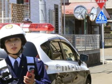 手りゅう弾のような物が届けられた仙台北署桜ケ丘駐在所(右奥)=23日午後0時38分、仙台市青葉区
