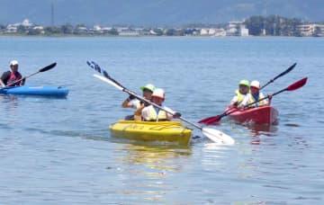 快晴の下、力を合わせて琵琶湖上を進む児童たち(滋賀県高島市新旭町饗庭・木津浜沖)
