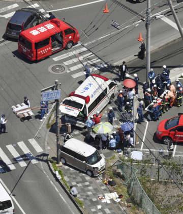 保育園児らの列に車が突っ込んだ事故現場=8日、大津市