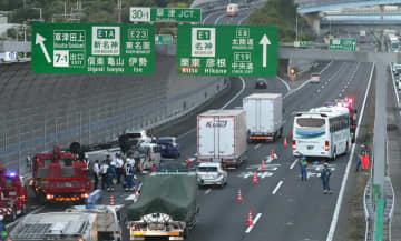 乗用車複数台と観光バス1台が絡む事故が起きた現場(24日午後6時50分、草津市笠山5丁目)