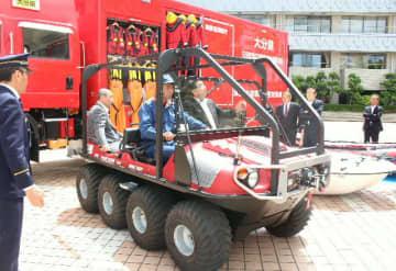 日田消防署に配備された緊急消防援助隊車両(奥)には八輪の水陸両用バギーも搭載している