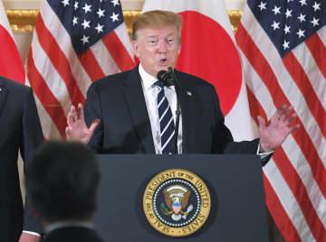 米大使公邸で開かれた日本企業の経営者らとの会合であいさつするトランプ米大統領=25日午後、東京都港区(代表撮影)