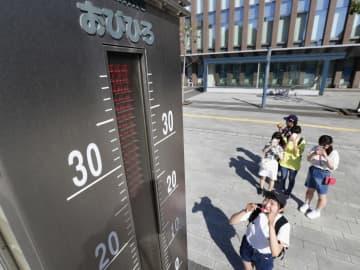 観測史上初めて5月に猛暑日となった北海道。JR帯広駅前の大型温度計は表示可能な上限を超えていた=26日午後