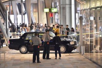 JR東京駅八重洲口の歩道にタクシーが乗り上げた現場=26日午後10時34分