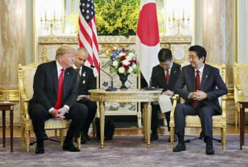 日米首脳会談に臨む安倍首相(右)とトランプ米大統領=27日午前、東京・元赤坂の迎賓館(代表撮影)
