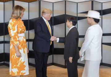 トランプ米大統領夫妻(左)の宿泊先に、別れのあいさつのため訪問された天皇、皇后両陛下=28日午前、東京都内(宮内庁提供)